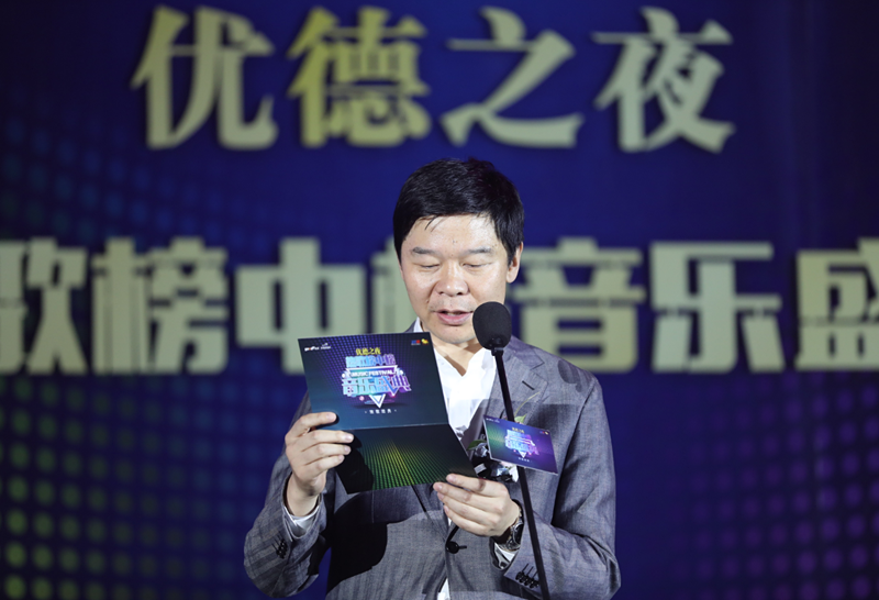 郑州人民广播电台党委书记、台长葛向阳为热歌榜中榜开奖