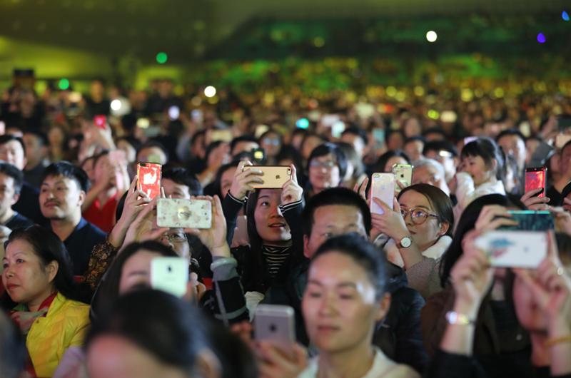 音乐盛典现场的精彩内容通过郑州人民广播电台新闻客户端《会面》进行了图文直播,更多信息可以通过郑州音乐广播官方微信:FM944进行了解。