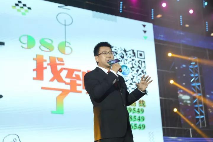 """在郑州,有一种速度叫986;在郑州,有一种爱心叫986。郑州新闻广播多次在寻人、寻物方面创造奇迹。经常收听节目的听众都知道,节目刚刚播出没多久,老人就找到了,这样的场景几乎已经成为常态。截止目前,郑州新闻广播已经帮助200多个家庭找到了走失的亲人,以至于被听众称之为""""寻人电台""""。"""