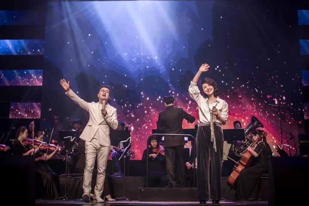 """事无巨细,都要""""好""""的!所以选在河南省艺术中心大剧院举办。舞台、灯光、别出心裁的小设计也都经过认真的前期准备,力求达到极佳的视觉体验。"""