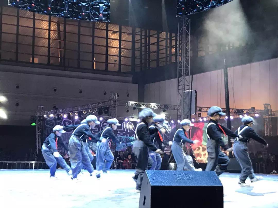 来自美国、德国、法国等六个国家的表演者,2000多名来自世界各地的歌舞爱好者来到现场,把传统文化,本土文化融入到街舞当中,给现场观众带来一场视觉上的饕餮盛宴,今天的街舞表演当中也融入功夫街舞、戏曲街舞和爵士舞的元素,让我们市民在家门口就能欣赏到专业化、国际化以及中原文化相融合的街舞表演。