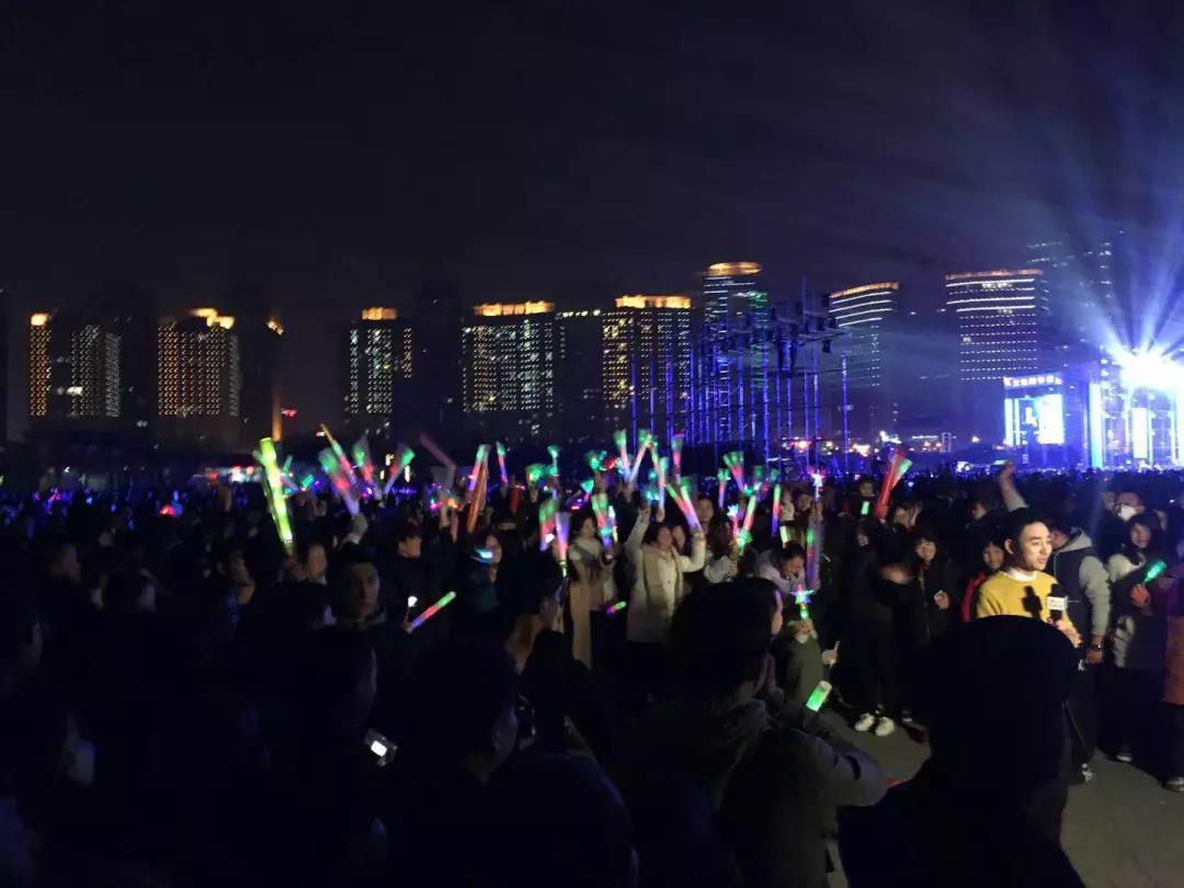 荧光夜跑环节,大家身着荧光服装、荧光配饰,闪耀整个会场,向2018快乐奔跑!