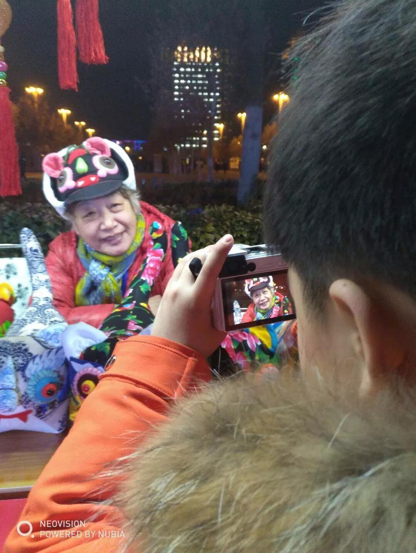 为了展示传播郑州文化软实力,在郑东新区如意湖广场,80家列入国家、省、市级非遗项目的传承人亮相,现场展示中国传统手工技艺的风采。