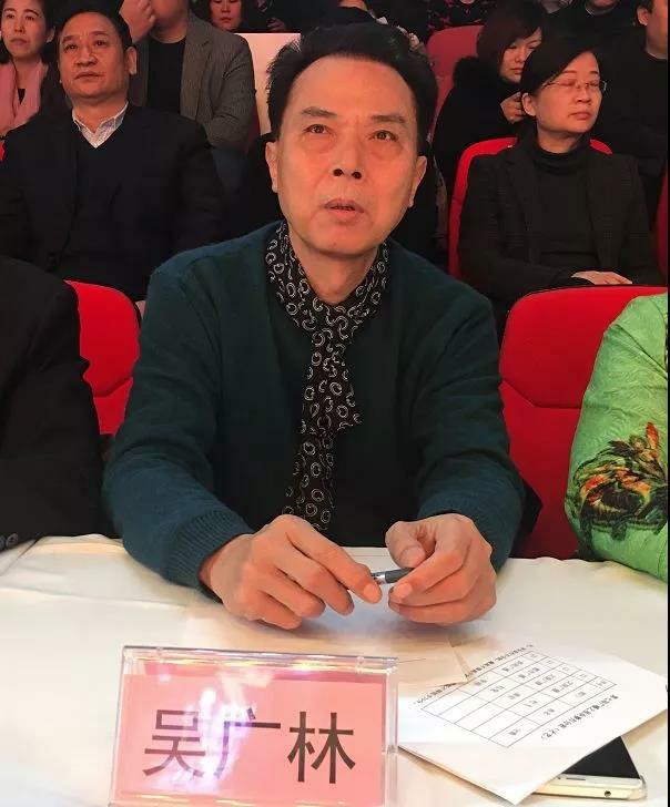 河南省话剧院国家一级演员吴广林:郑州电台的年轻主持人充满着青春气息,节目时代感很强,贴近生活,又丰富多彩,的确让人耳目一新。我觉得通过大赛,能够全面提高播音员主持人的整体素质,更好地丰富广播节目。