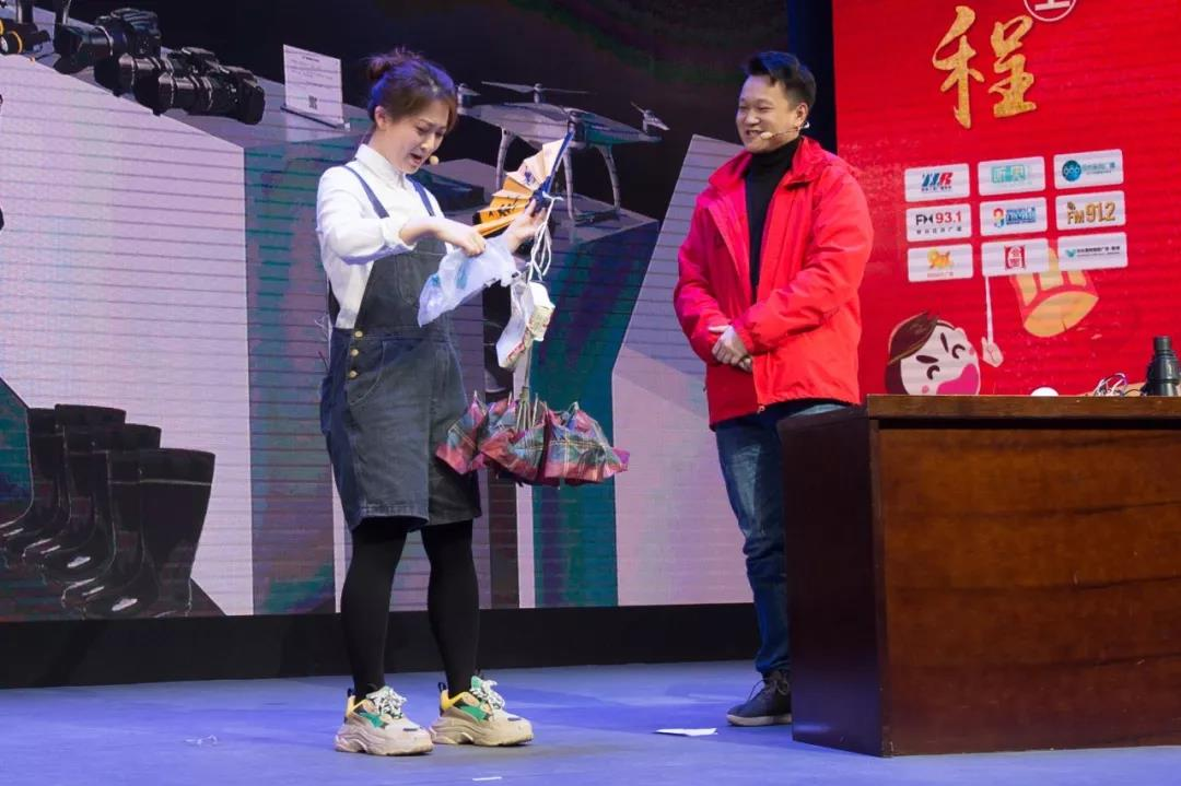 FM91.2郑州都市广播的主持人们活灵活现的演绎了电台人的默默付出以及他们积极向上的工作态度!