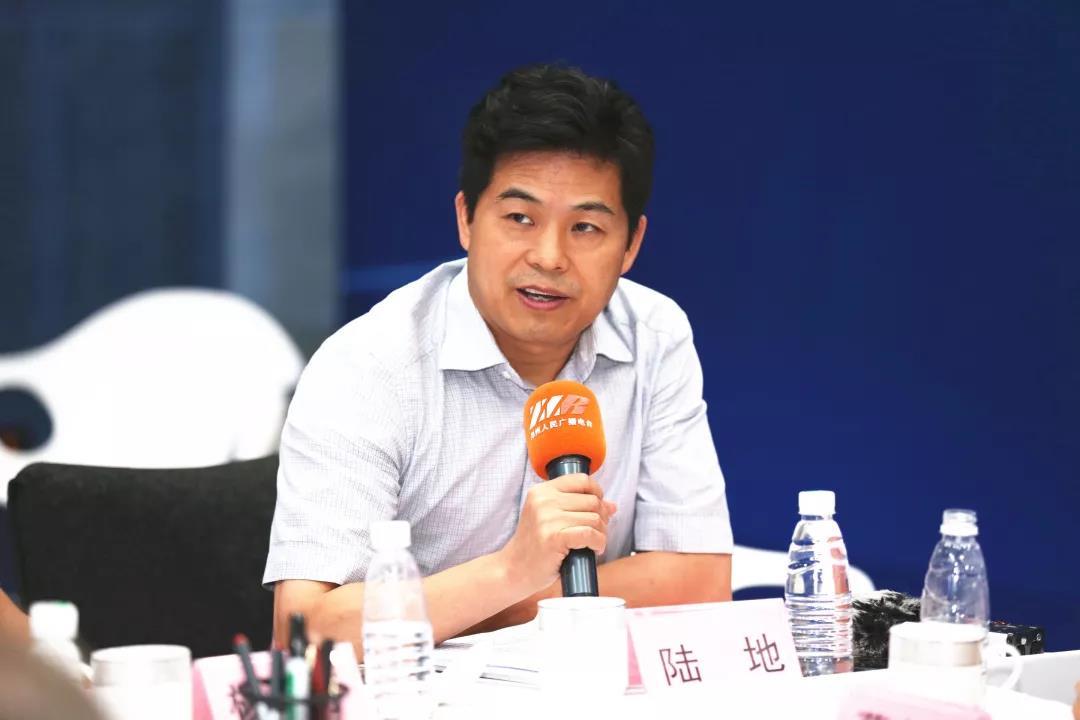 北京大学新传学院、视听传播研究中心主任陆地。陆地在会上讲到,郑州电台实现了价值的多样化。首先是实现了信息的使用价值实用价值,传播价值,价值的增值;第二个实现了媒体的社会价值,实现了从传播、监督到助政的功能;第三是促进了社会的文明价值,提高社会的文明程度,推动社会文明发展,对郑州城市社会文明风气的推动。
