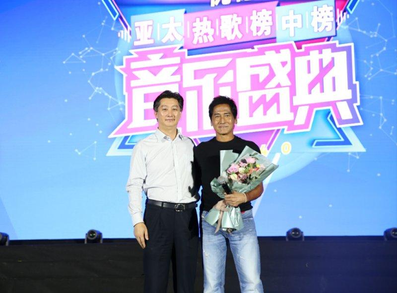 郑州市委宣传部副部长石大东为齐秦颁奖