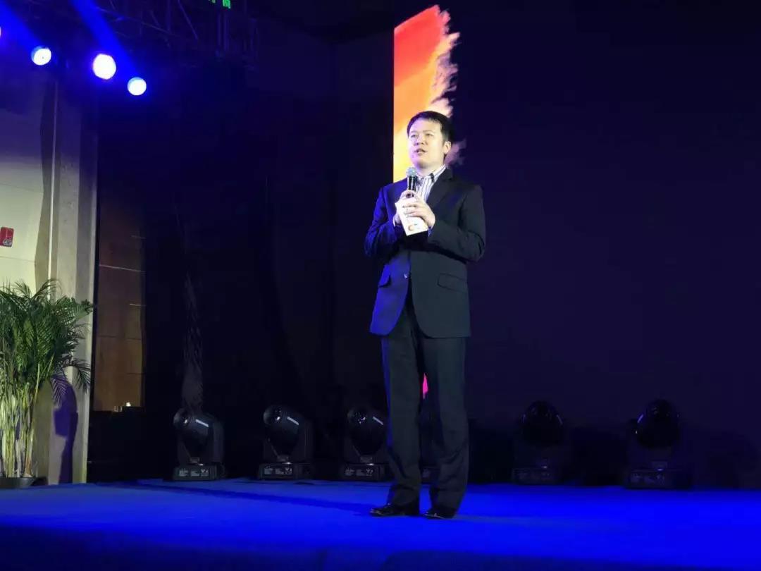 """郑州文娱广播总监杨晓彬登台推介。他说:郑州文娱广播用高度,温度,维度三个方面展示了品牌栏目和公益项目,用""""请进来""""弥补专业的不足,用""""走出去""""扩大节目影响及听众黏性。"""